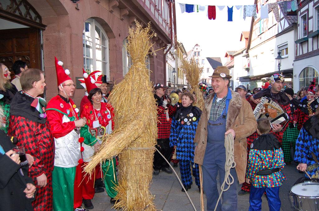 Strohbären am Rathaus