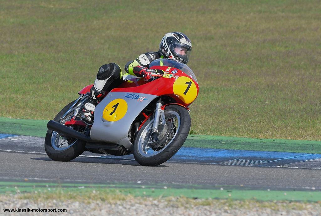 Darauf freuen sich die Rannfans: Die MV Agusta des 15 fachen Weltmeisters Giacomo Agostini in Aktion