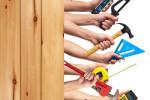 Hände mit Werkzeug