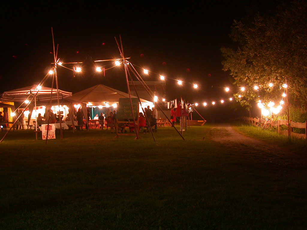 Nachtaufnahme Pepperoni-Sommerbühne