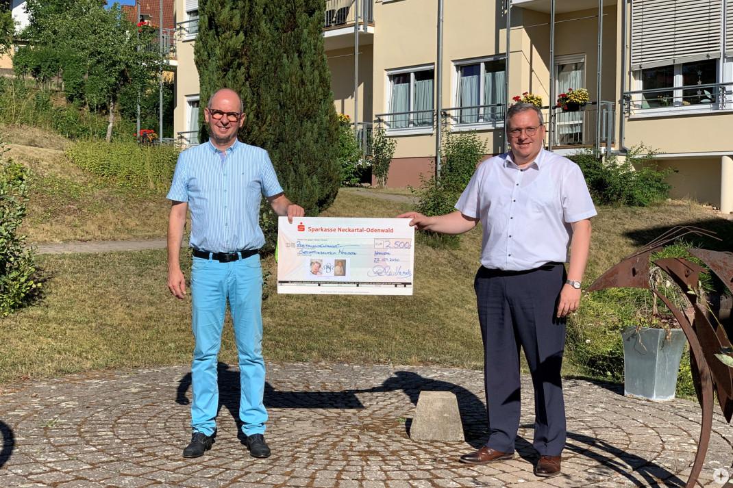 Bürgermeister Markus Günther überreicht einen Scheck an Lothar Beger