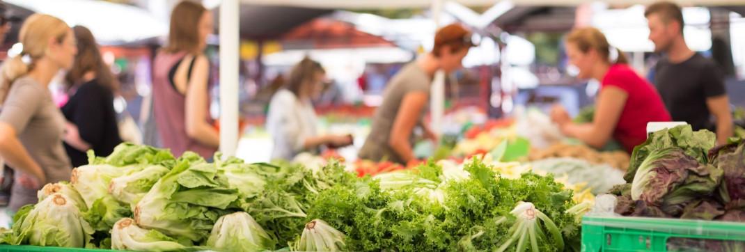 Gemüsestand auf einem Wochenmarkt