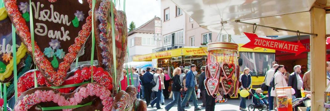 Lebkuchenherzen hängen an einem Marktstand