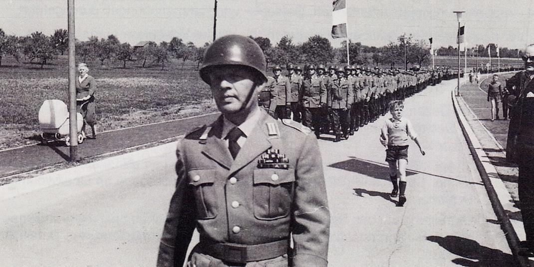 Schwarz/weiß Aufnahme vom Einzug der Soldaten in die Nibelungenkaserne. Sie marschieren dabei in Kompanien.