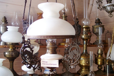 Ein Blick in den Raum mit den Exponaten des Lichtermuseums. Zahlreiche alte Öllampen sind zu sehen.
