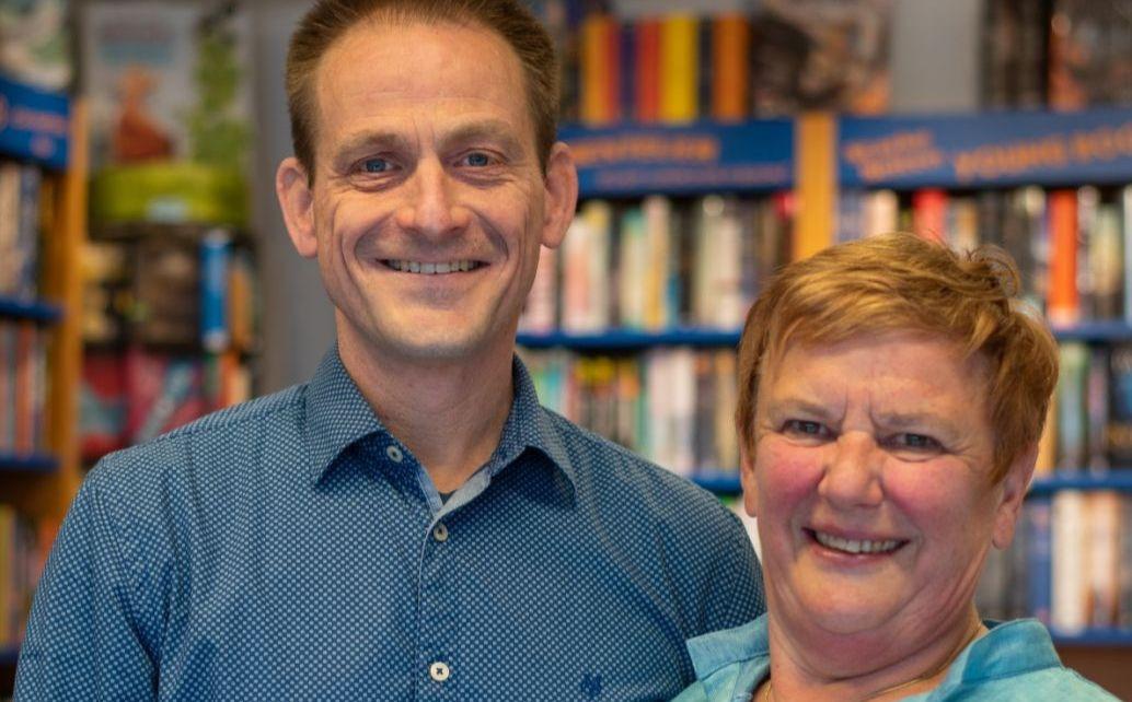 Gabriele Eder-Herold und Achim Ulrich im Verkaufsraum Ihres BücherLadens - im Hintergrund sind viele Bücher in Regalen zu sehen