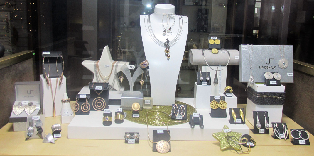 Schmuckauslage im Schaufenster bei Uhren Schell in der Mitte eine Büste mit Halskette