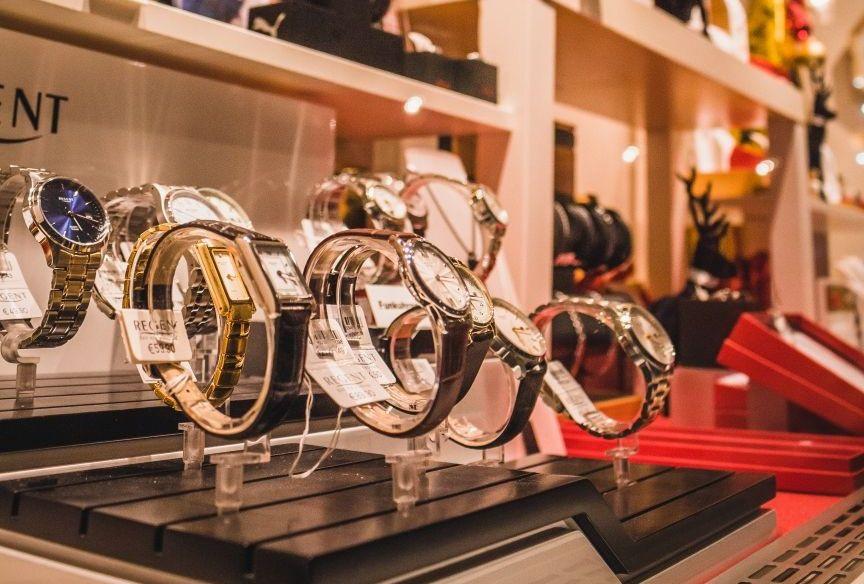 Armbanduhren aus der Schaufensterauslage bei Müller-Thiry