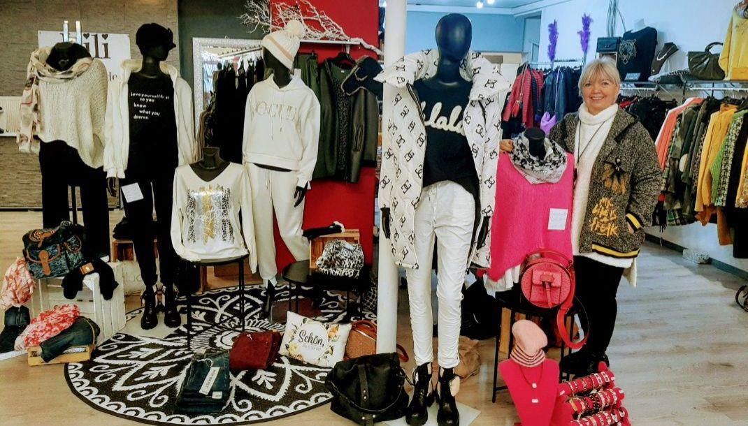 Lili im Einkaufsladen präsentiert aktuelle Mode