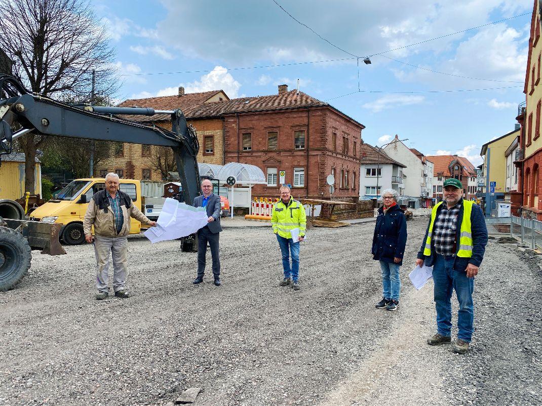 Eine Gruppe Menschen besichtigt eine Straßenbaustelle.